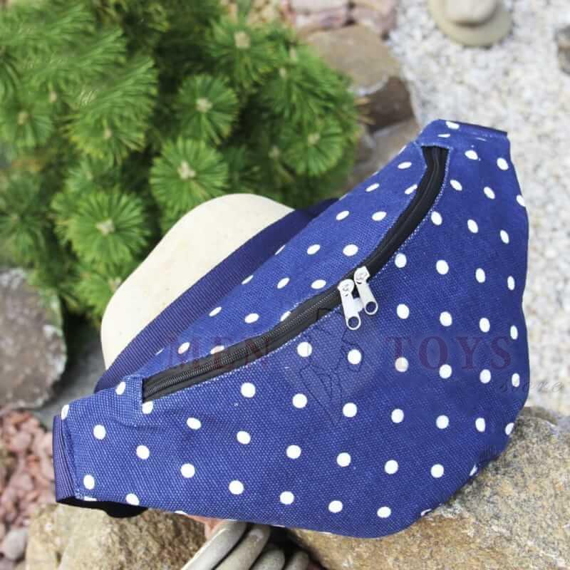 синяя сумка на пояс в белый горошек