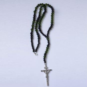 Розарий черного цвета с зеленым оттенком с крестиком