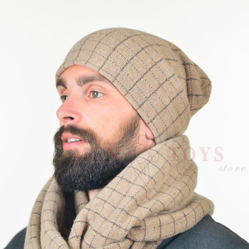 светлая мужская шапка в клетку