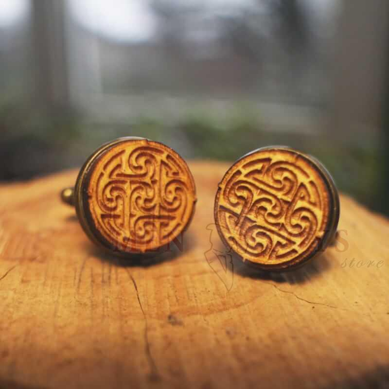 деревянные запонки с необычным узором