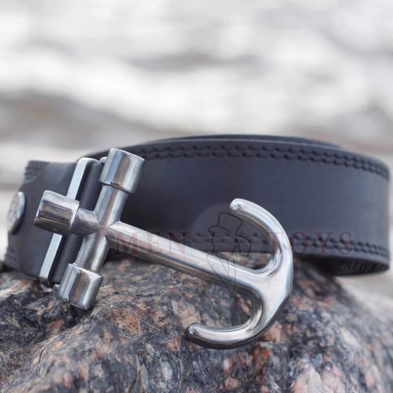 кожаный ремень с пряжкой якорем