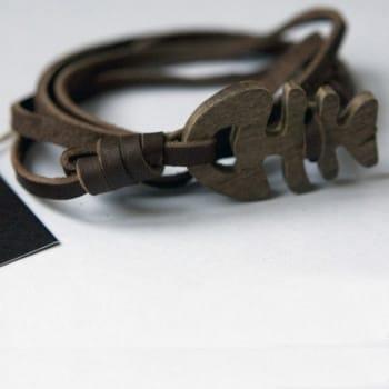 Кожаный браслет c рыбкой из дерева